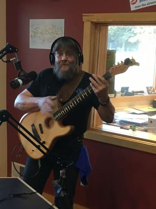 Jon Kallberg joins The Roadhouse with a new guitar