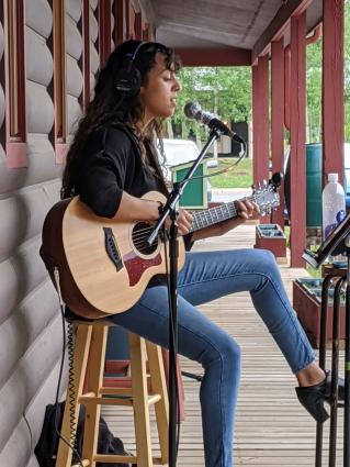 Kenna Rose sings Christmas songs on Roadhouse